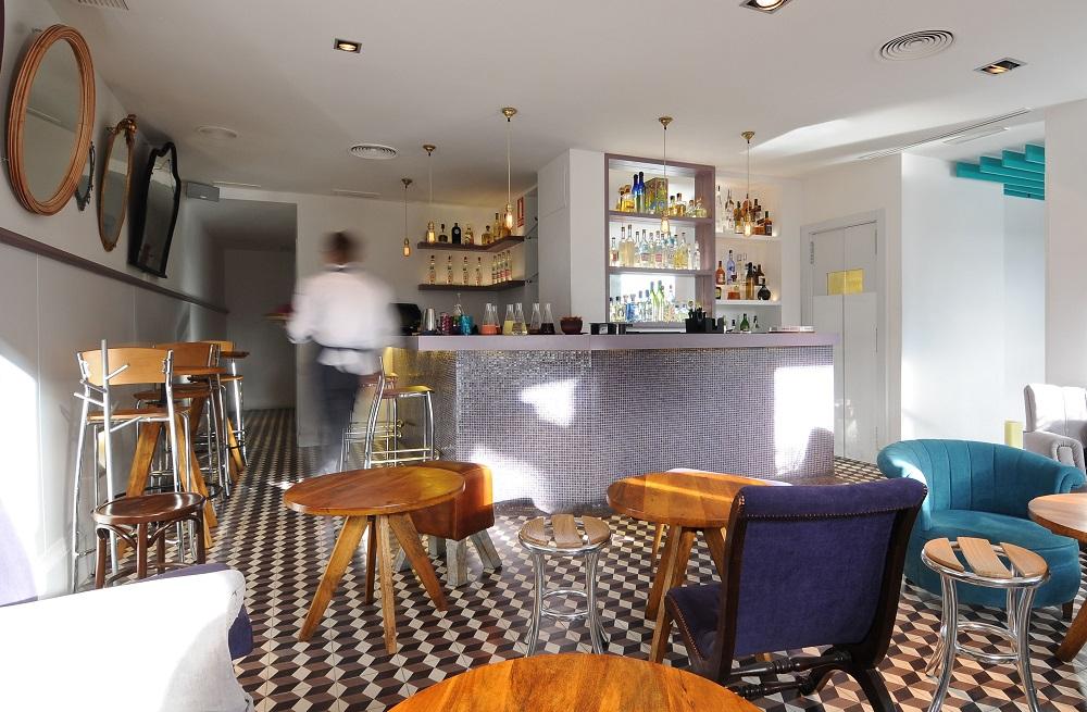 El bar Mezal Lab recuerda al salón de una casa y es un espacio muy acogedor