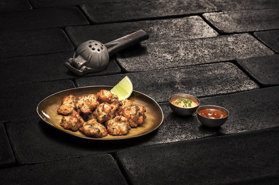 La carta de Mezcal Lab permite probar algunas de las especialidades de Roberto, el chef de Punto MX, como las palomitas de langostino
