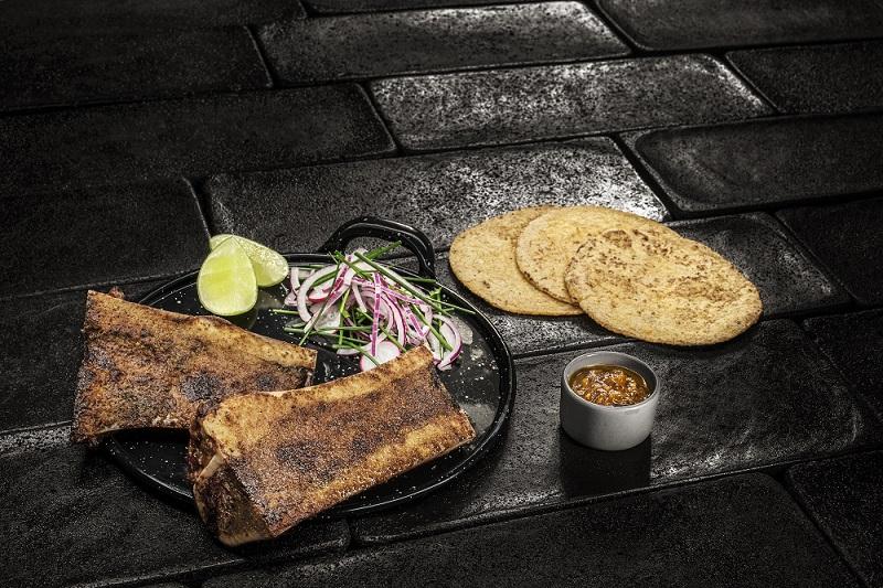 Una de las especialidades de Punto MX, el tuétano a la brasa, se puede degustar también en la carta de Mezcal Lab