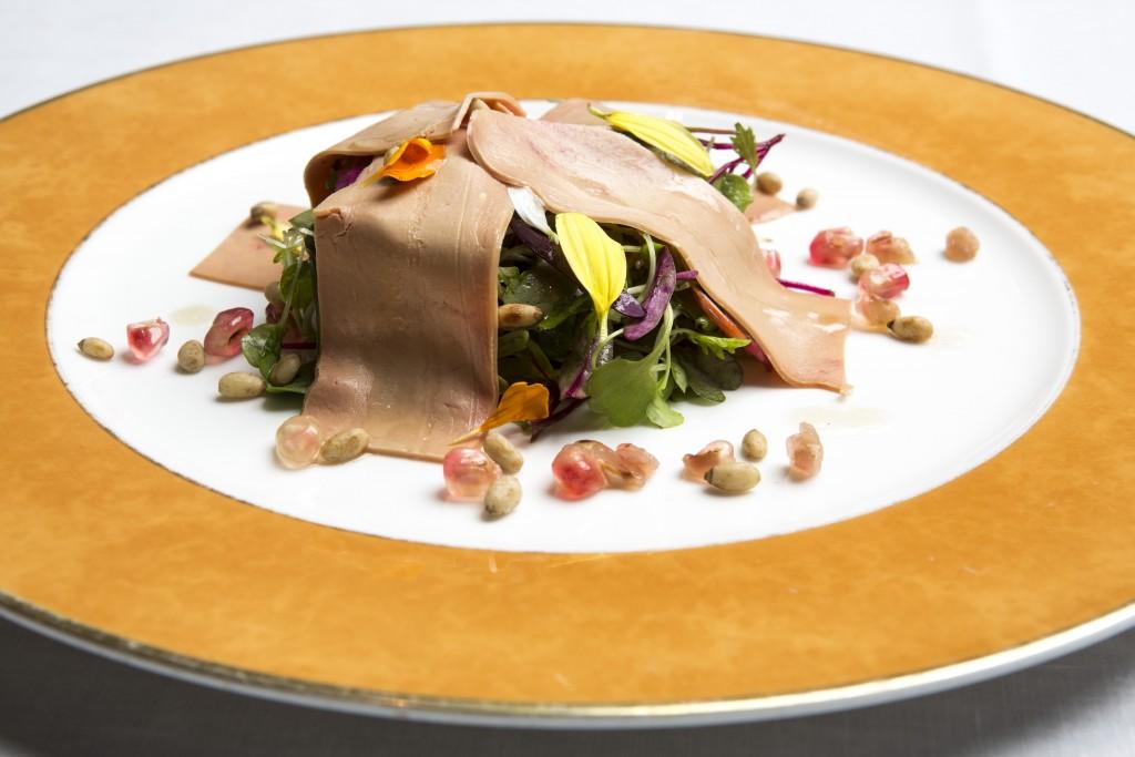 El foie, un clásico de su carta, se sirve reinventado en ensalada en su nuevo Menú de Otoño
