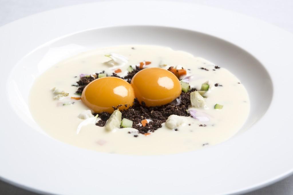 El plato estrella del Menú Ayer y Hoy son los huevos con morcilla deshidratada sobre los que se vierte una crema de parmesano