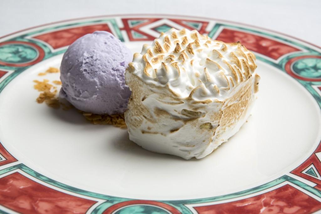 De postre, su menú Ayer y Hoy propone un delicado merengue acompañado de un helado de violeta