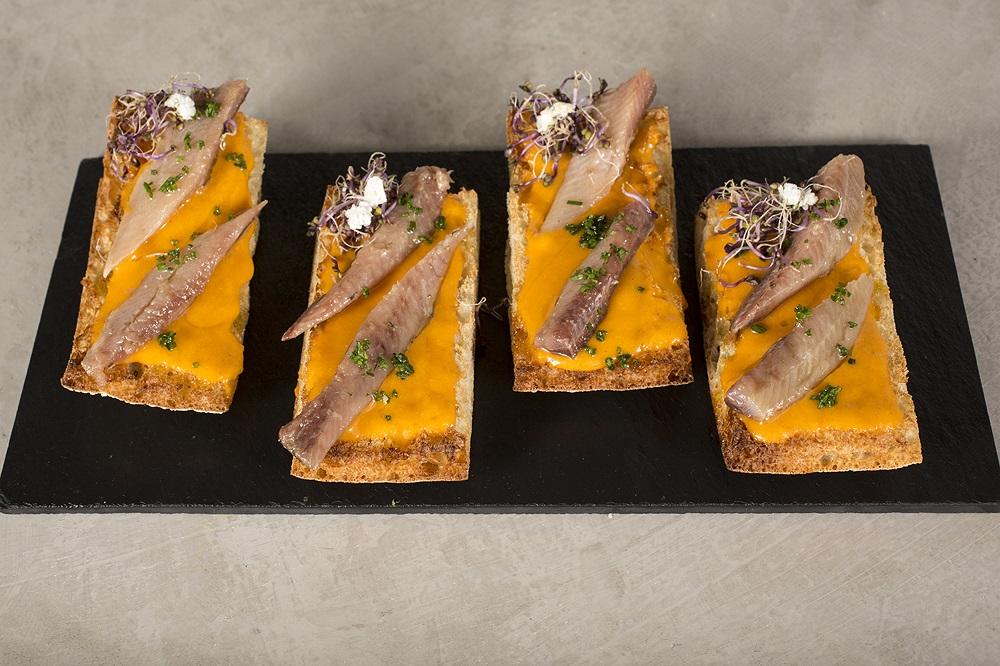 Lomitos de Sardinas ahumadas con salmorejo y sakuray mix de Soho Bar