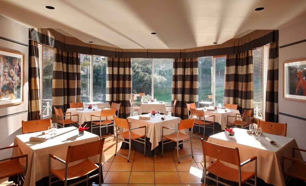 Interior del restaurante El Lago, Marbella, con una estrella Michelin
