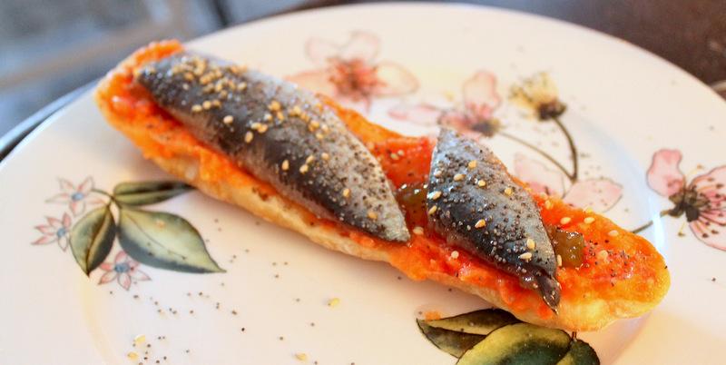 Tosta de sardinas ahumadas con confitura de tomate y pan de cristal. El Sueño de Alicia ©LAGASTRONOMA