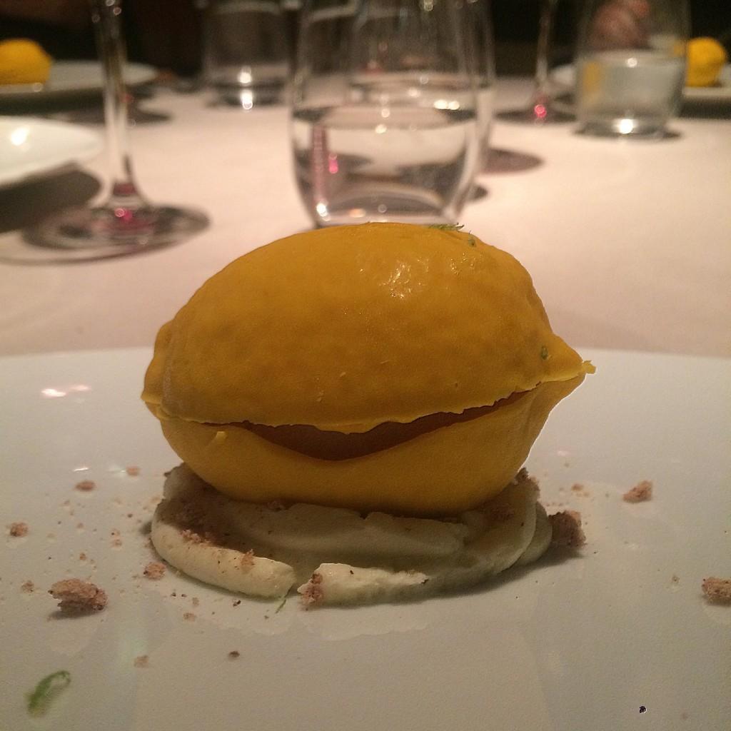 Curioso postre de chocolate blanco relleno de helado de mojito, asemejando un limón. Restaurante El Lago