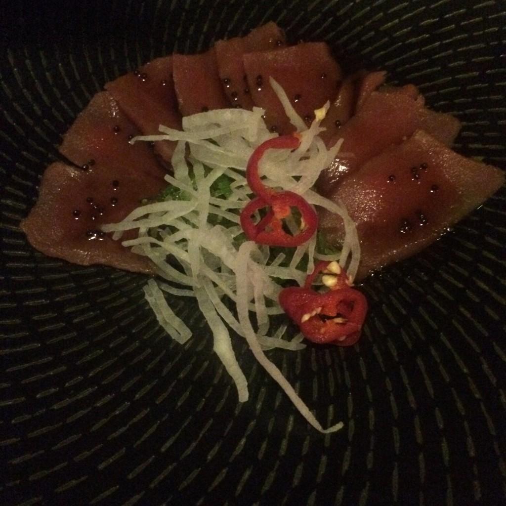 La mayoría de platos de UNI son de pescado crudo, incluyendo ceviches y tiraditos