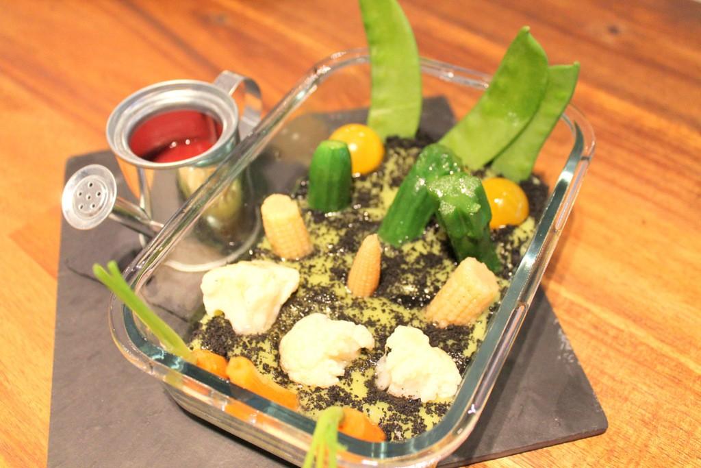 Ensalada del huerto con calabacín, mazorca, zanahoria, tirabeques, tomates cherry y arbolitos de coliflor regados con una vinagreta de frambuesa ©LAGASTRONOMA