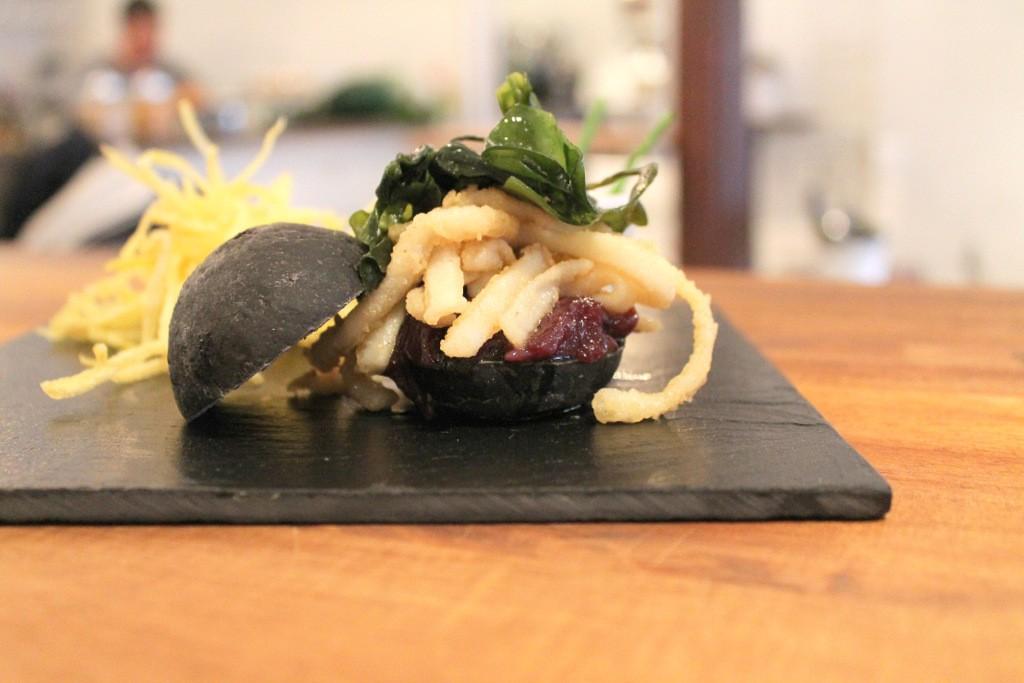 Mini hamburguesa negra de calamar con alga wakame y salsa agridulce ©LAGASTRONOMA