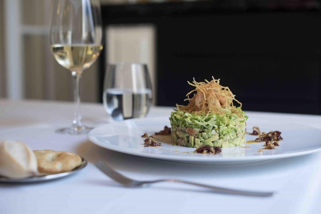 Ensalada de langostinos, tartar de aguacate y vinagreta de tomate seco. Restaurante Círculo Mercantil