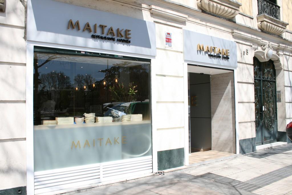 A través de la ventana de MAITAKE, se puede observar a su chef cortando el pescado en vivo