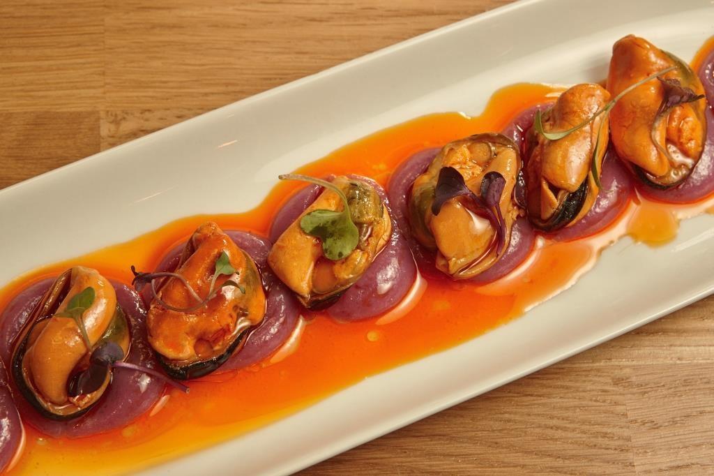 Taberna y Media- Mejillones la Br+¦jula en escabeche con patata violeta. Taberna & Media