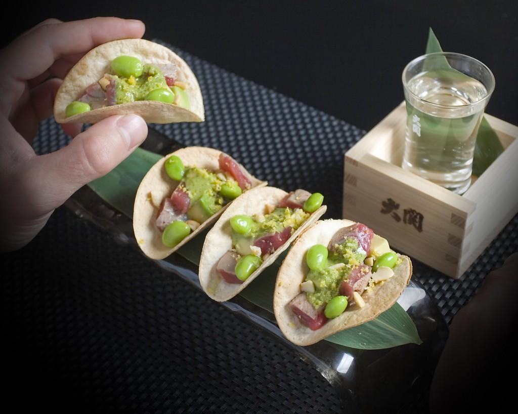Tacos de atún rojo con edamame, aguacate y salsa verde de sisho y negi