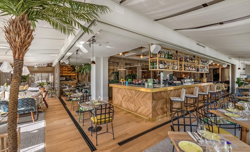 Para la decoración, han contado con el abuso de la vegetación, las telas y la creación de diferentes ambientes. Espacio de barra en la planta superior del restaurante HABANERA