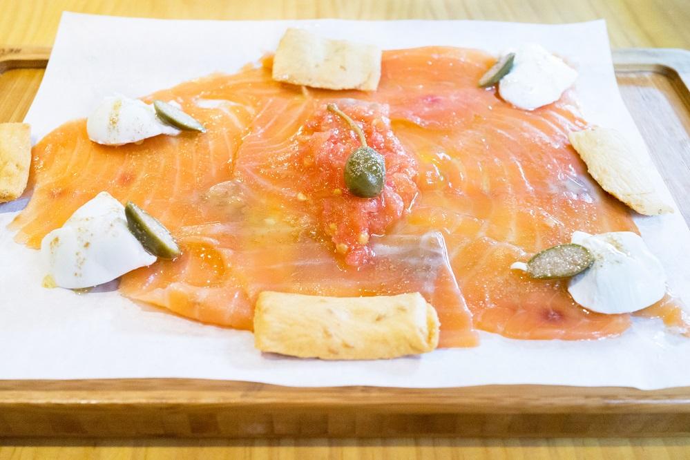 Carpaccio de salmón ahumado y alcaparrones de Bodega Central ⒸAna Gómez. www.anagomez.eu