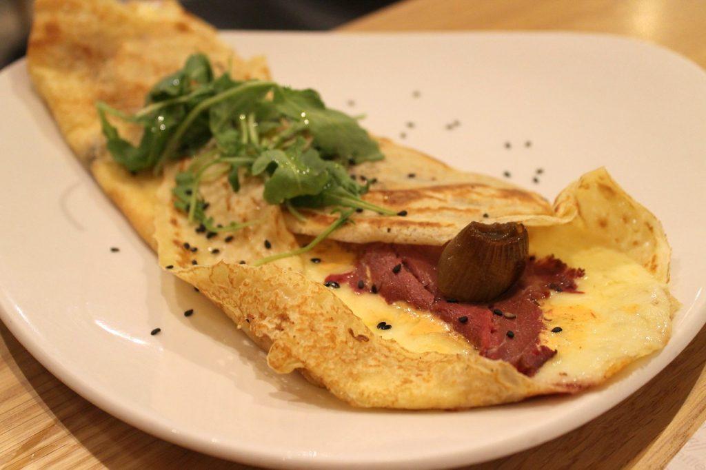 Crêpe picadilly, con roast beef, cebollas asadas, queso y mayonesa de chipotle. Crepes&Waffles