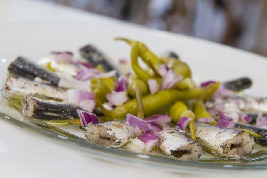 Sardinillas con cebolla y piparras. Taberna Nudista