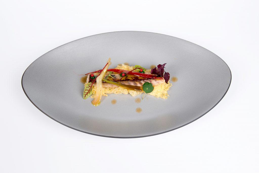 Jurel en escabeche con verduras encurtidas y bizcocho de alga. Restaurante Adunia