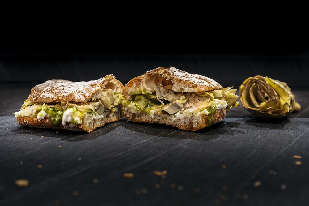 Bocadillo campestre de CasaBase con queso blando de vaca, alcachofa y esto