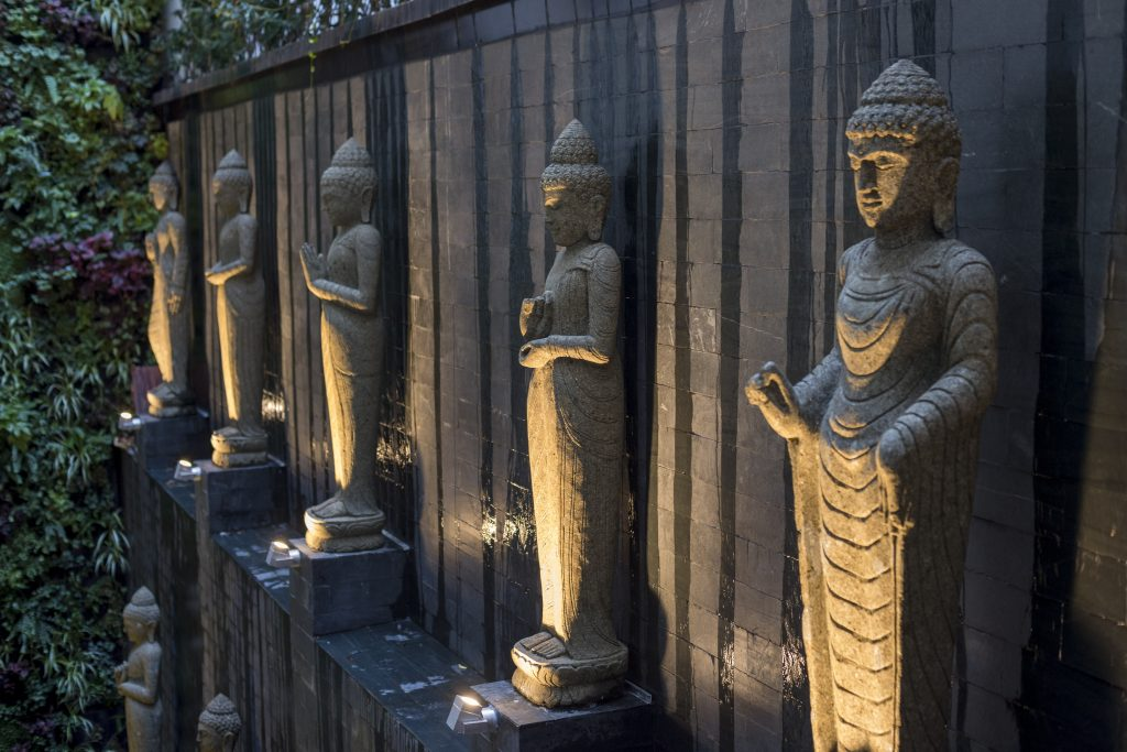 Detalle de las estatuas del nuevo Thai Garden de la calle Recoletos
