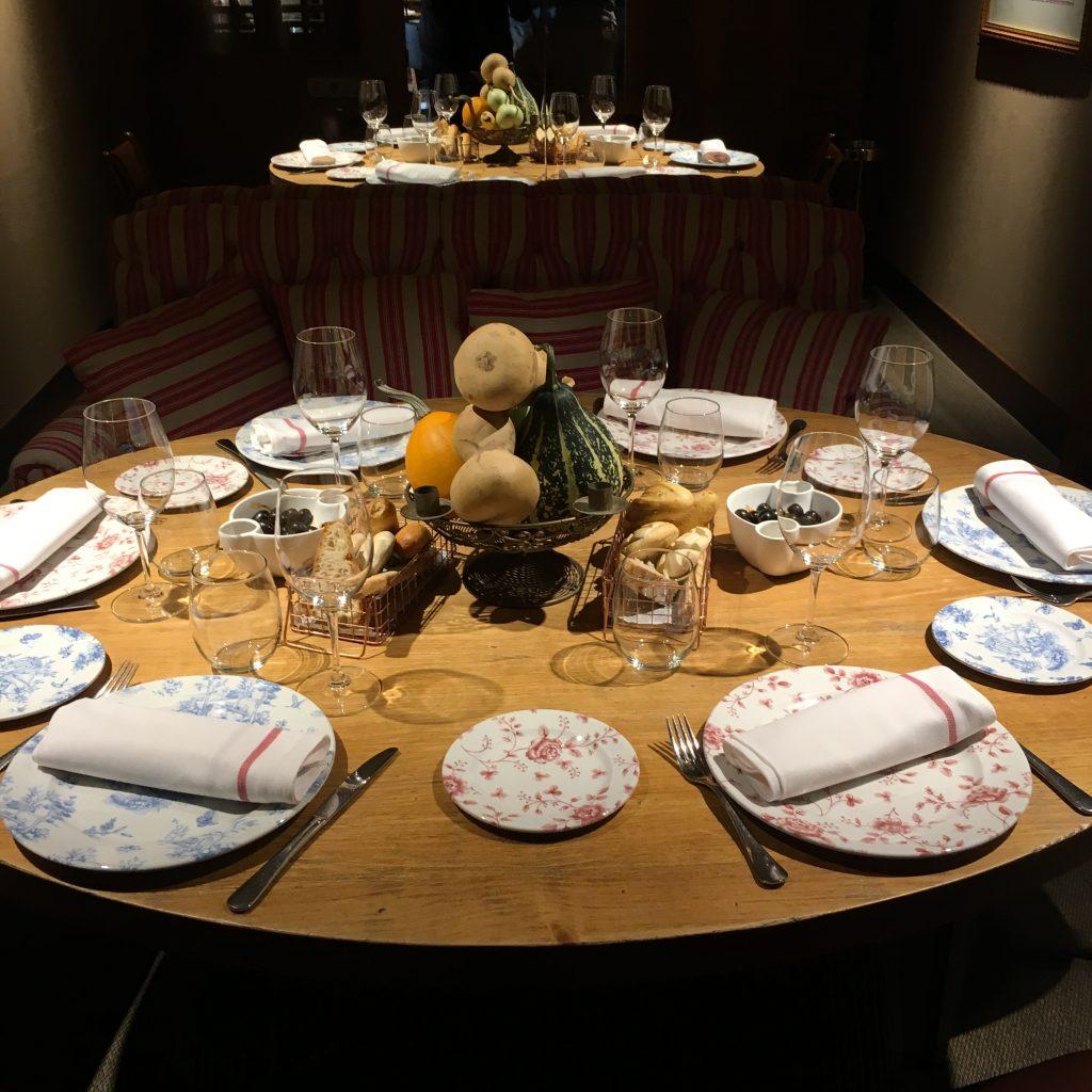 Muchísimo gusto en el diseño de las mesas y la decoración del restaurante CASA MANDO