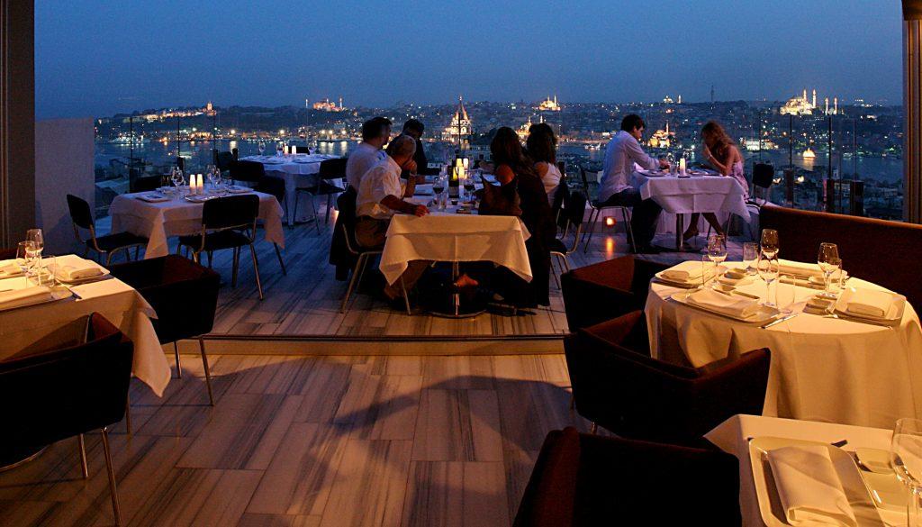 Desde la terraza del restaurante Mikla se divisa todo Estambul