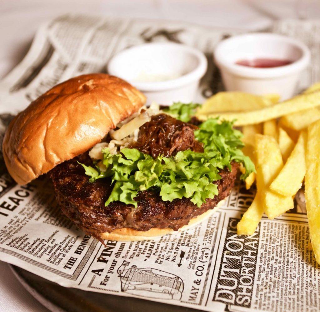 Hamburguesa de rabo de toro y queso arzua ulloa al pimenton. Restaurante Puerta de Alcalá