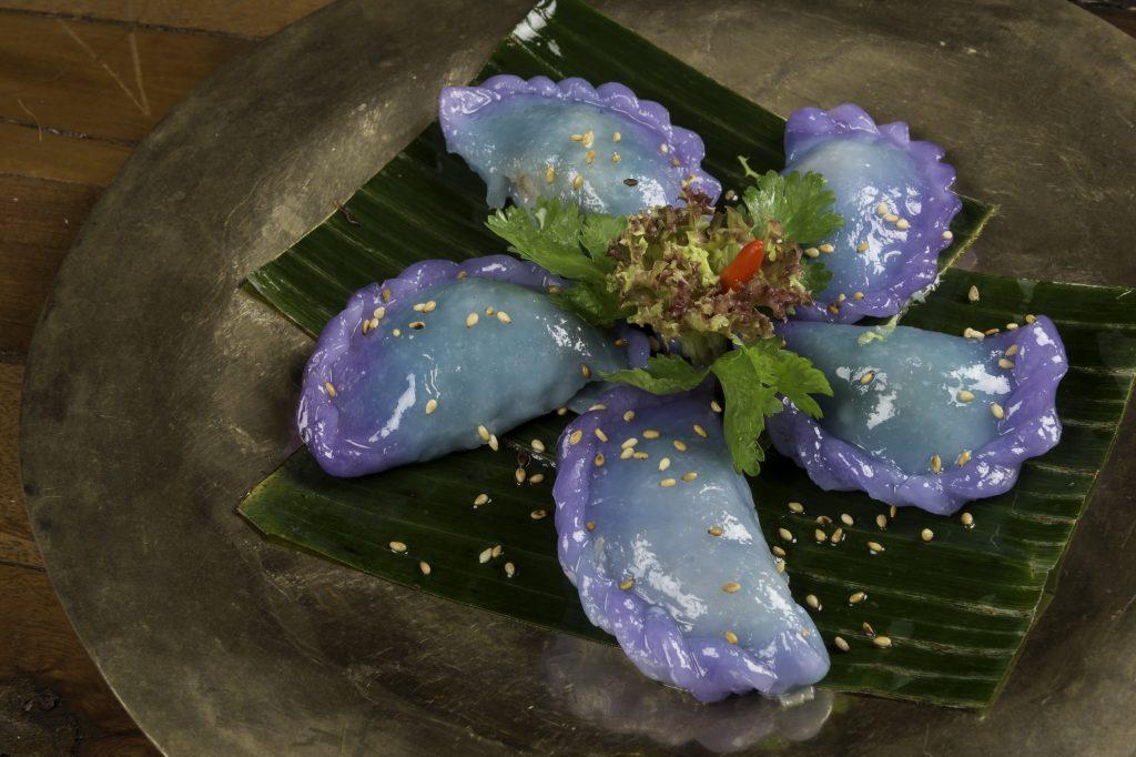 El Kanom Gib Thai es una empanadilla de arroz rellenas de langostino y brotes de soja que se tiñe de azul con té