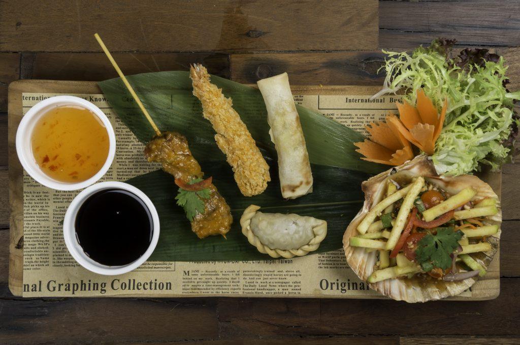 Algunos de los entrantes thais más reconocidos como la brocheta de pollo, el langostino rebozado o el rollito thai. Thai on the Khlong