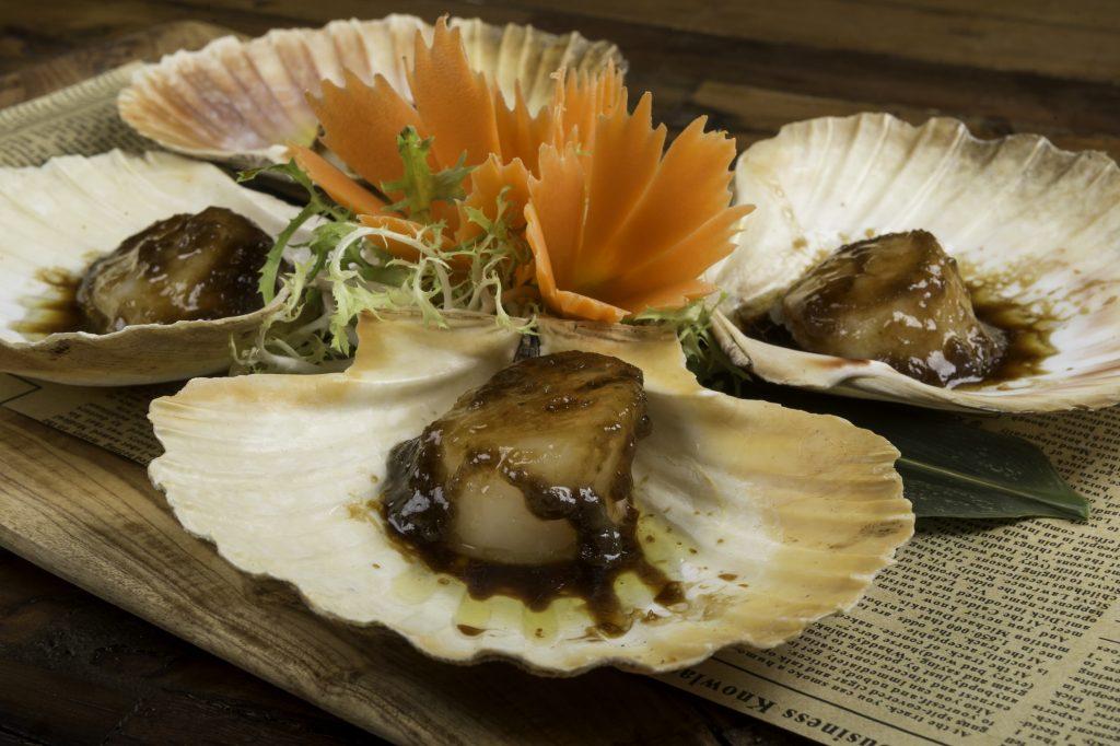 Perlas Thai. Viera salteada en salsa de soja, trozos de cebolleta y ajo tierno