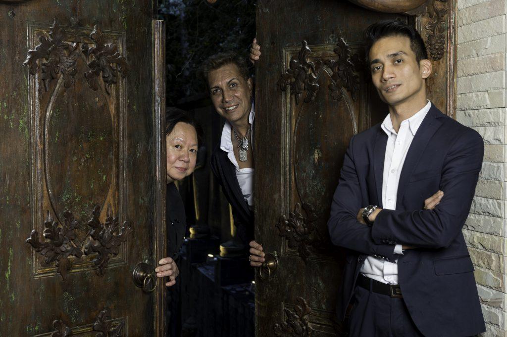Emilio Carcur (en el centro) posa junto a la chef Nantarat Silatan y el reponsable del servicio Edwing Tomaneng