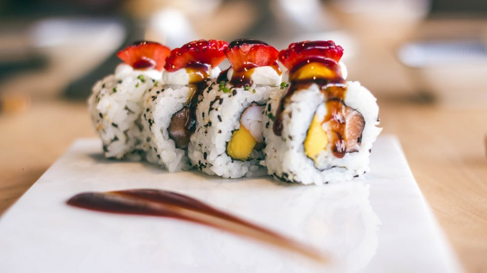 Uramaki Art & Sushi con salmón, langostino y mango con topping de fresa, queso crema y salsa teriyaki de Art & Sushi