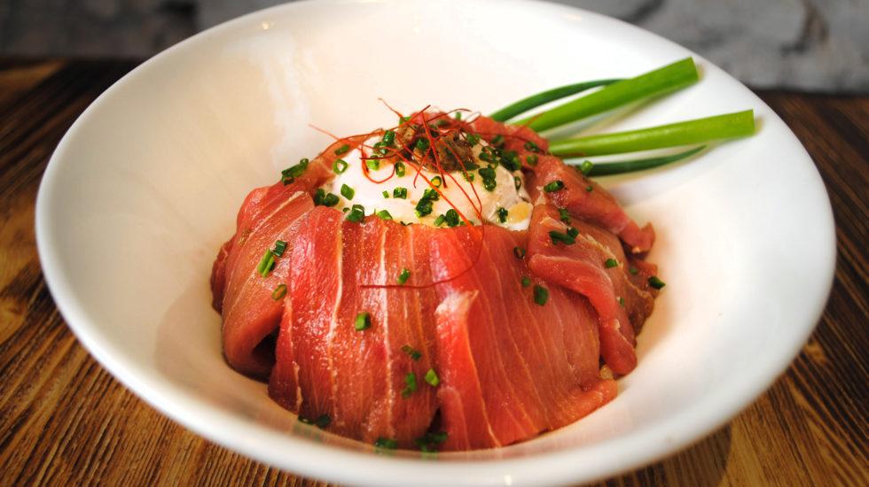 Shirashi de atún flambeado con trufa negra y huevo de Misskasia